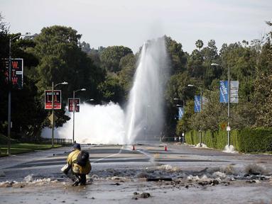 Sebuah pipa utama saluran air bawah tanah rusak di sekitar Sunset Boulevard di bagian Westwood, Los Angeles, (29/7/2014). (REUTERS/Danny Moloshok)