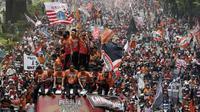 Pemain Persija Jakarta bersama The Jakmania melakukan pawai merayakan gelar juara Liga 1 musim 2018 di Bundaran HI, Jakarta, Sabtu (15/12). Persija berhasil juara Liga 1 usai mengalahkan Mitra Kukar. (Bola.com/M Iqbal Ichsan)