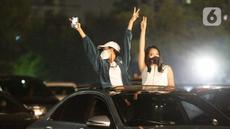 Dua wanita berada di dalam mobil menyaksikan penampilan Kahitna dalam konser New Live Experience 2020 di Parkir Barat JIExpo Kemayoran, Jakarta, Sabtu (29/8/2020). Pertunjukan diawali dengan lagu Padamu Negeri ini disambut para Soulmate, sebutan bagi penggemar Kahitna. (Fimela.com/Bambang E.Ros)