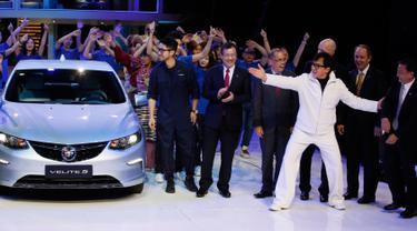 Aktor Jackie Chan memperkenalkan mobil Buick Velite 5 Hybrid di pameran Shanghai Auto Show 2017 di Shanghai, China, (18/4). Di pameran ini sejumlah merek mobil global dan China menunjukkan satu konsep kendaraan listrik. (AP Photo / Ng Han Guan)