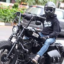 Bahkan Desta dan para komedian lainnya sampai rela memodifikasi motor dengan harga yang tak murah. Selain itu disela-sela kesibukannya, Desta dan para pecinta motor gede lainnya selalu menyempatkan touring bersama kerabatnya sesama selebriti.(Liputan6.com/IG/@desta80s)