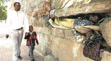 Lubangi Tembok untuk Rumah, Tunawisma Jadi Perhatian Warga