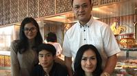 Tahun 2011, Iis Dahlia menikah dengan suaminya, Satrio Dewandono, serta dua orang anak yang kini sudah tumbuh menjadi dewasa, yakni Juwita Salshadilla dan Devano Danendra. (Instagram/isdadahlia)