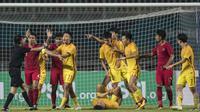 Para pemain Timnas Indonesia bersitegang dengan pemain China pada laga PSSI 88th U-19 di Stadion Pakansari, Jawa Barat, Selasa (25/9/2018). (Bola.com/Vitalis Yogi Trisna)