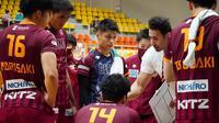 Rivan Nurmulki dan para pemain Nagano Tridents tengah mendengah instruksi pelatih Ahmad Masajedi. (foto: Instagram @tokkochan2020)