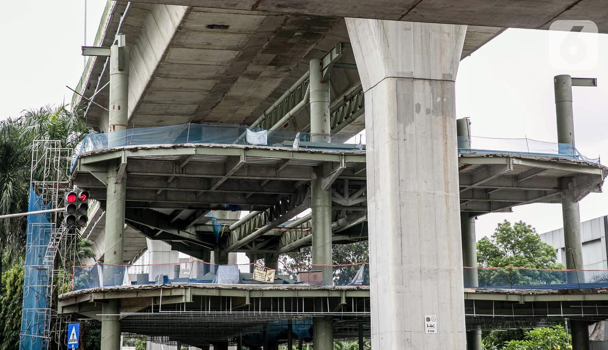 Suasana proyek pembangunan jembatan layang atau skybridge untuk integrasi Halte Transjakarta Centrale Stichting Wederopbouw (CSW) di Stasiun MRT Asean, Jakarta, Selasa (19/1/2021). Proyek pembangunan Skybridge CSW terpantau sepi aktivitas. (Liputan6.com/Faizal Fanani)