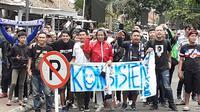 Suporter Persib Bandung, Bobotoh, menyambut tim kesayangannya di Bandara Husein Sastranegara, Bandung, Senin (9/3/2020). (Bola.com/Erwin Snaz)