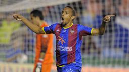Valmiro Lopes Rocha. Pemain asal Cape Verde ini akrab dengan panggilan Valdo. Telah memperkuat 5 klub di La Liga, Real Madrid, Osasuna, Espanyol, Malaga dan Levante mulai musim 2001/02 hingga 2012-13 dengan mencetak 34 gol. (AFP/Jose Jordan)