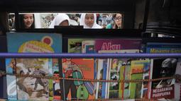 Sejumlah buku koleksi bemo perpustakaan bisa dibaca secara gratis, Jakarta, Selasa (2/5). Pesta Pendidikan di RPTRA Kalijodo hadirkan bemo perpustakaan untuk meningkatkan minat baca para pengunjung. (Liputan6.com/Yoppy Renato)