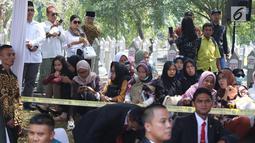 Warga menghadiri pemakaman Presiden ke-3 RI BJ Habibie di TMP Kalibata, Jakarta, Kamis (12/9/2019). Habibie akan dimakamkan di sebelah istri tercintanya, Ainun Habibie. (Liputan6.com/Herman Zakharia)