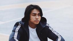 Sempat memiliki gaya rambut gondrong, Pria kelahiran tahun 1990 ini terlihat maskulin. (Liputan6.com/IG/devamahenra)