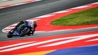 Pembalap Movistar Yamaha, Maverick Vinales merebut pole position kualifikasi MotoGP San Marino 2017 di Sirkuit Misano. Ia unggul 0,162 detik atas pembalap Ducati, Andrea Dovizioso. (ANDREAS SOLARO / AFP)