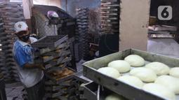 Pekerja menyelesaikan pembuatan roti skala rumahan di kawasan Bendungan Hilir, Jakarta, Selasa (22/6/2021). Realisasi penyaluran Kredit Usaha Rakyat (KUR) tercatat hingga 14 Juni 2021 ini setara dengan 44,26% dari target sebesar Rp253 triliun pada tahun ini. (Liputan6.com/Angga Yuniar)