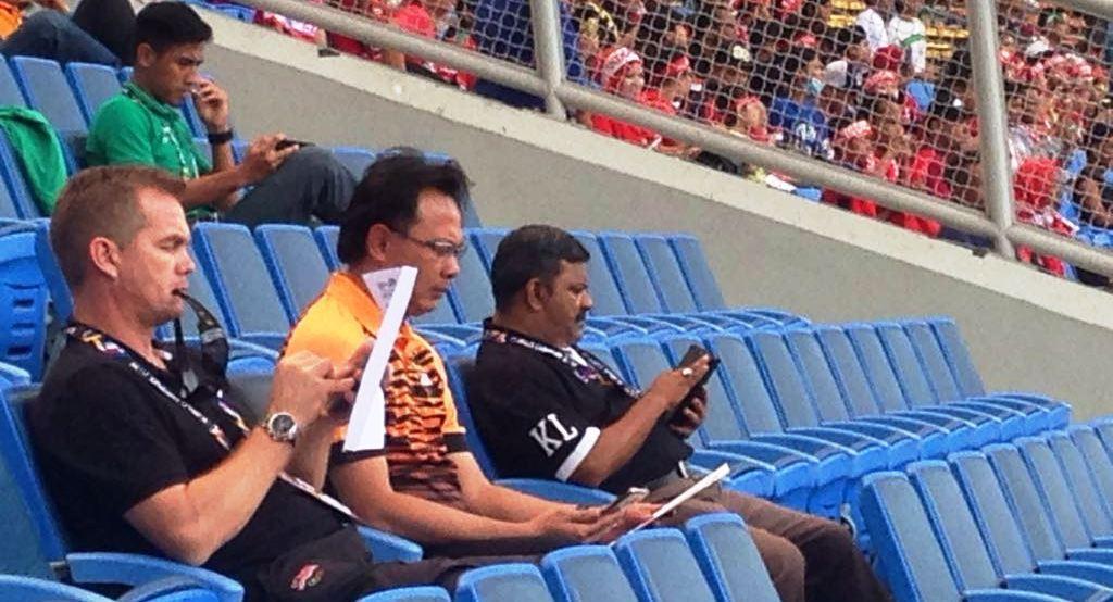 Pelatih Timnas Malaysia U-22 Ong Kim Swee, berada di tribune Stadion Shah Alam, Selangor, Kamis (24/8/2017). (Bola.com/Benediktus Gerendo Pradigdo)