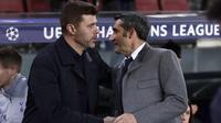 Pelatih Barcelona, Ernesto Valverde, berbincang dengan pelatih Tottenham Hotspur, Mauricio Pochettino, pada laga Liga Champions di Stadion Camp Nou, Spanyol, Selasa (11/12). Kedua tim bermain imbang 1-1. (AP/Manu Fernandez)