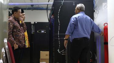 Ketua KPU RI, Arief Budiman (kanan) bersama Komisioner Bawaslu RI, Abhan Misbah dan M Afifuddin meninjau ruang server data KPU di Gedung KPU, Jakarta, Jumat (26/4). Bawaslu meninjau ruang server terkait transparansi proses kinerja KPU pada Pemilu 2019. (Liputan6.com/Helmi Fithriansyah)