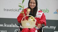 Laura Aurelia Dinda, atlet pertama Indonesia yang meraih medali emas pada ASEAN Para Games 2017, Senin (18/9/2017). (Humas CdM APG)