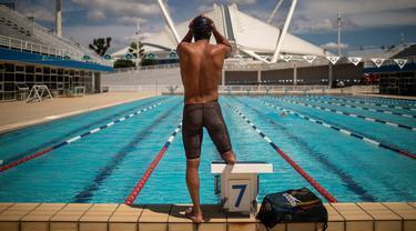 Pengungsi Suriah Ibrahim al-Hussein mengikuti sesi latihan di Olympic Aquatic Center, Athena, Yunani, 2 Juni 2021. Ibrahim al-Hussein mencoba menjadi bagian dari Tim Paralimpiade Pengungsi untuk Paralimpiade Tokyo 2020. (Angelos Tzortzinis/AFP)