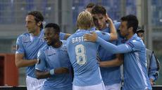 Para pemain Lazio merayakan gol yang di cetak  Wesley Hoedt (C) dalam Laga Liga Europa UEFA antara Lazio vs Saint Etienne di Stadion Olympic Roma, Jumat(2/10/2015). Lazio menang tipis 3-2. AFP Photo / Andreas Solaro