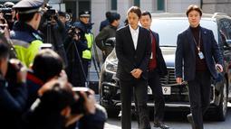 Jung Joon Young yang dituduh melakukan perekaman video seks tiba di Kantor Polisi Metro Seoul, Kamis (14/3). Sebelum masuk, Jung Joon Young sempat melayani pertanyaan puluhan wartawan yang telah menanti kedatangannya. (REUTERS/Kim Hong-Ji)