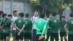 Pelatih Timnas Indonesia, Simon McMenemy memberi arahan kepada para pemainnya sebelum memulai latihan di Lapangan Gelora Trisakti, Bali, Minggu (13/10). Latihan ini merupakan persiapan jelang laga Kualifikasi Piala Dunia 2022 melawan Vietnam. (Bola.com/Aditya Wany)