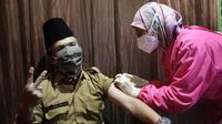 Vaksinasi Covid-19 bagi tenaga pendidik digelar di GBI Aruna, Kecamatan Cicendo, Kota Bandung, Senin (19/4/2021). (Foto: Humas Kota Bandung)