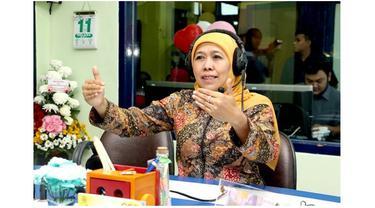 Khofifah memakai batik saat menjadi narasumber di salah satu radio di Surabaya, seakan memakai batik sudah menjadi ciri khasnya.