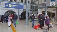 Penumpang kereta api Dharmawangsa Surabaya Pasarturi–Pasar Senen tiba di stasiun Senen, Jakarta, Minggu (3/01/2021). Stasiun Daop 1 meliputi Stasiun Gambir, Stasiun Senen, Stasiun Jatinegara, Stasiun Bekasi, Stasiun Cikampek, Stasiun Karawang, hingga Stasiun Jakarta Kota. (Liputan6.com/Herman Zakhar