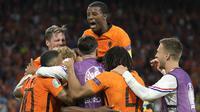 Para pemain Belanda melakukan selebrasi setelah Denzel Dumfries mencetak gol ketiganya pada pertandingan grup C Euro 2020 antara Belanda melawan Ukraina di Johan Cruijff Arena, Amsterdam pada Senin (14/06/2021). (AP/Pool/Peter Dejong)