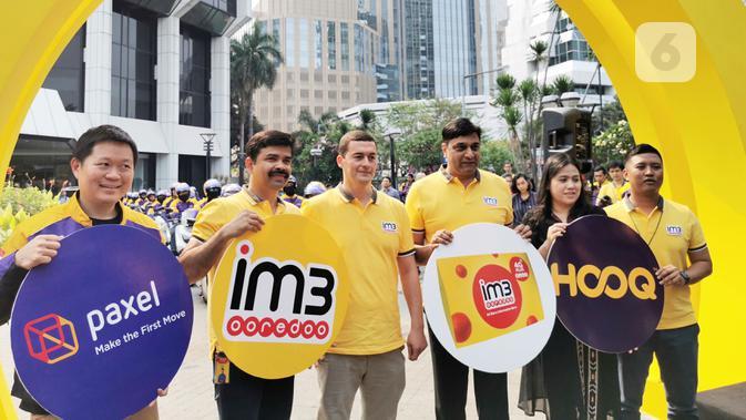 Petinggi Indosat Ooredoo bersama CDO Paxel dan perwakilan Hooq melepas kurir yang siap mengantarkan kartu perdana IM3 Ooredoo ke pelanggan. (Liputan6.com/ Mochamad Wahyu Hidayat)