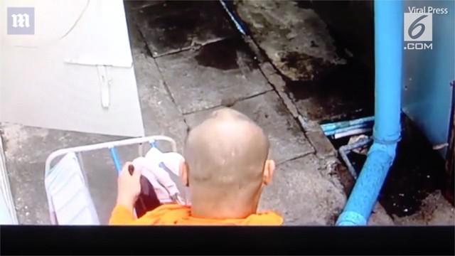 Aksi memalukan seorang biksu di Thailand terekam kamera cctv.