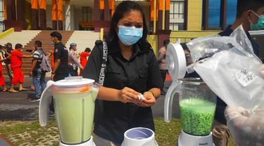 Permusnahan narkoba jenis pil ekstasi oleh personel Polda Riau jelang perayaan tahun baru.