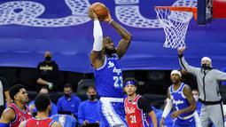 Pebasket LA Lakers, LeBron James berusaha memasukan bola kedalam ring pada laga lanjutan NBA melawan Philadelphia 76ers di Wells Fargo Center Arena, Philadelphia, AS, Kamis (28/1/2021). (Foto: AP Photo/Matt Slocum)