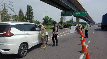 Petugas memperketat arus balik kendaraan di Tol Jakarta-Cikampek km 47 B untuk mencegah kendaraan menuju Jakarta usai Lebaran. (Liputan6.com/Abramena)