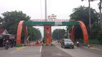 Sejumlah warga memblokir jalan akses Kawasan Industri Pulogadung (Liputan6.com/FX. Richo Pramono)