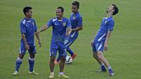 Atep (tengah), Taufik dan Marko Krasic (kanan) menikmati latihan sore dengan serius tapi santai jelang laga melawan Arema Cronus pada turnamen sepak bola Bali Island 2016 di Stadion Gelora Samudra, Kuta, Bali, Senin (22/2/2016). (Bola.com/Peksi Cahyo)