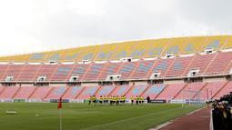 Suasana tampak dalam dari Stadion Rajamangala, Bangkok, Jumat (16/11). Stadion dengan kapasitas 49.722 kursi itu akan menggelar laga Piala AFF 2018 antara Thailand melawan Timnas Indonesia. (Bola.com/M. Iqbal Ichsan)
