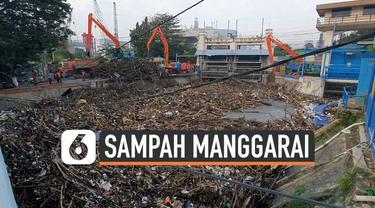 Hujan akhirnya turun di kawasan Jabodetabek Senin (8/10) malam. Hujan menyebabkan kiriman air dan sampah dari Bogor tertahan di pintu air Manggarai.