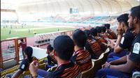 Timnas Malaysia U-23 mengintip laga Jepang vs Vietnam di penyisihan Grup D Asian Games 2018 di Stadion Wibawa Mukti, Cikarang, Kabupaten Bekasi, Minggu (19/8/2018). (Bola.com/Twitter FAM)