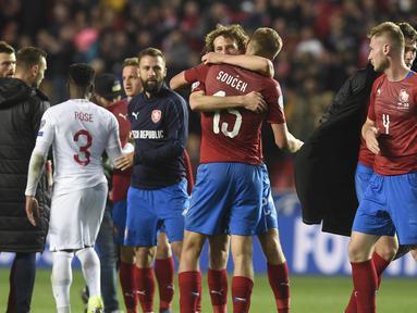 Para pemain Ceko merayakan kemenangan atas Inggris pada laga Kualifikasi Piala Eropa 2020 di Stadion Sinobo Arena, Prague, Sabtu (11/10). Ceko menang 2-1 atas Inggris. (AFP/Michal Cizek)