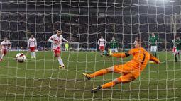Pemain Swiss, Ricardo Rodriguez berhasil mencetak gol lewat penalti ke gawang Irlandia Utara dalam leg pertama playoff Piala Dunia 2018  di Windsor Park, Jumat (10/11). Bermain di kandang lawan, Swiss meraih kemenangan tipis 1-0. (Niall Carson/PA via AP)