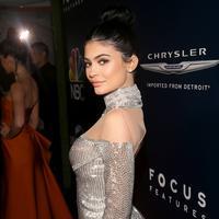 Pose Kylie Jenner saat menghadiri acara pada Golden Globes 2017 di Hotel Beverly Hilton, California, AS (8/1). Bergaun berwarna silver Kylie tampak seksi dengan belahan dada terbuka. (Jesse Grant/Getty Images for NBCUniversal/AFP)