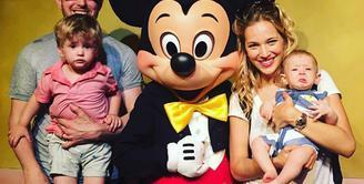 Michael Buble dan Luisana Lopilato terus memberikan dukungan terhadap anak pertama mereka, Noah, yang tengah mengidap penyakit kanker. Saat ini kabarnya Noah sudah mulai menjalani pengobatan secara rutin. (Instagram/michaelbuble)