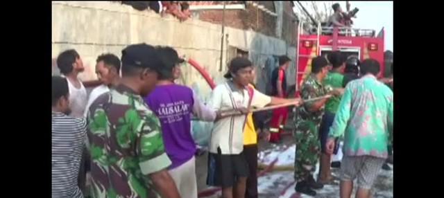 Kebakaran yang melanda sebuah galangan kapal di Pekalongan, Jawa Tengah, menghanguskan lima kapal yang tengah diperbaiki.