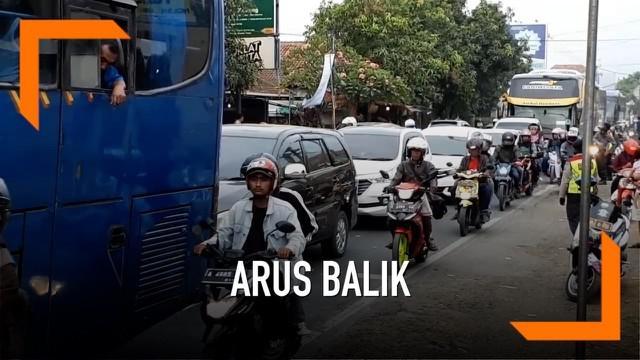 Polisi memberlakuakn sistem satu arah mengatasi kemacetan arus balik dari Garut menuju tol Cileunyi. Kepadatan didominasi oleh kendaraan roda empat dan roda dua.