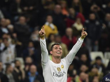 Pemain Real Madrid, Cristiano Ronaldo merayakan golnya ke gawang Malmo FF pada lanjutan Liga Champions Grup A di Stadion Satiago Bernabeu, Rabu (9/12/2015) dini hari WIB. (AFP Photo/ Pierre-Philippe Marcou)