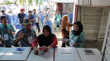 Warga di Riau menyalurkan hak suaranya di salah satu TPS pada 17 April 2019.