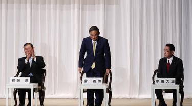 Yoshihide Suga (tengah), Fumio Kishida (kanan), dan Shigeru Ishiba (kiri) menghadiri sesi pidato pemilihan kepemimpinan Partai Demokrat Liberal (LDP) di markas besarnya di Tokyo, Jepang, Selasa (8/9/2020). (Photo Credit: Kim Kyung-hoon/Pool Photo via AP)