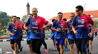 Gubernur Jawa Tengah Ganjar Pranowo iikut lari sejauh 10 km dalam acara Run Against Cancer 2020, Minggu (2/2).
