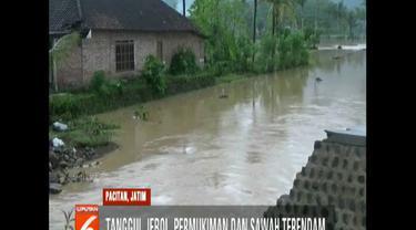 Selain merendam rumah dan puluhan hektare padi, banjir juga merusak akses jalan antarkecamatan.